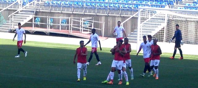 Colegas felicitam Vitor Bastos pelo golo obtido