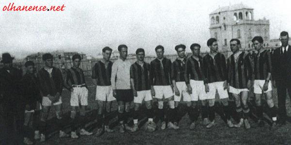 A equipa que jogou em Gibraltar e em Espanha, fotografada em Sevilha
