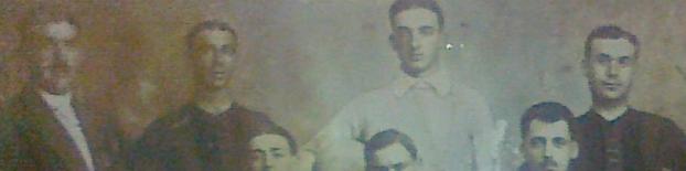 Uma das fotografias mais antigas de uma equipa do nosso clube. Mais à esquerda está Joaquim Amâncio, de fato, e mais à direita o seu irmão, Armando Amâncio (fundador e primeiro capitão), com a camisola rubro-negra.