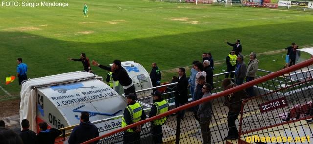 Cristiano Bacci foi expulso, mas não se cansou de dar indicações a partir da bancada