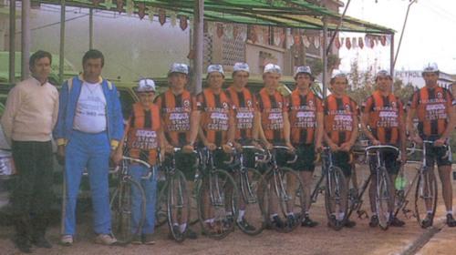 Uma das últimas equipas da modalidade no nosso clube. Luís Vargues é o primeiro atleta à direita na imagem.